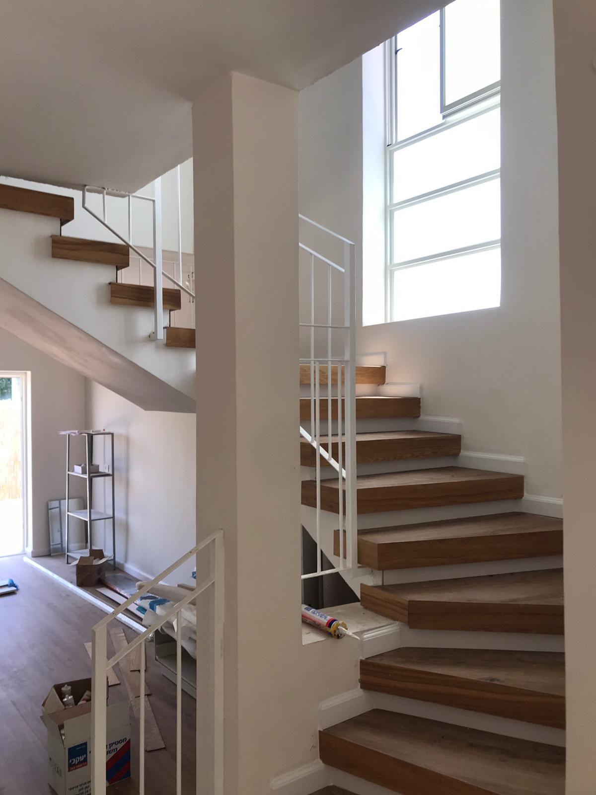 מדרגות עם מעקה לבן - חיפוי עם שילוב קנט עץ אלון.